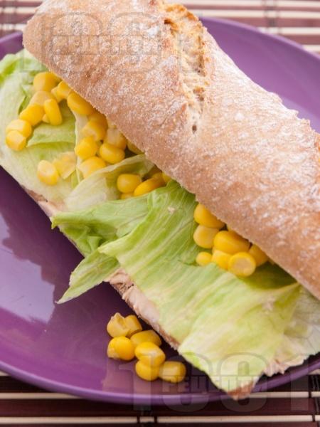 Сандвич с пастет от риба тон, айсберг и царевица - снимка на рецептата
